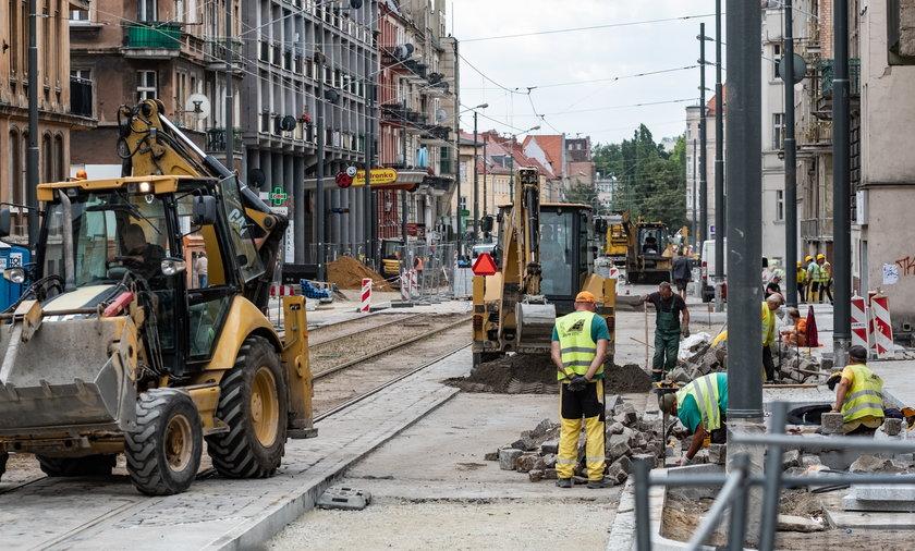 Mieszkańcy mają już dość przebudowy ulicy Wierzbięcice, która trwa od roku.