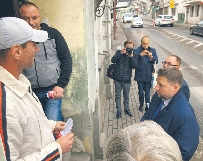 Marcin Kierwiński, kandydat Koalicji Obywatelskiej, rozdaje ulotki w centrum Sierpca. fot. Tomasz Żółciak