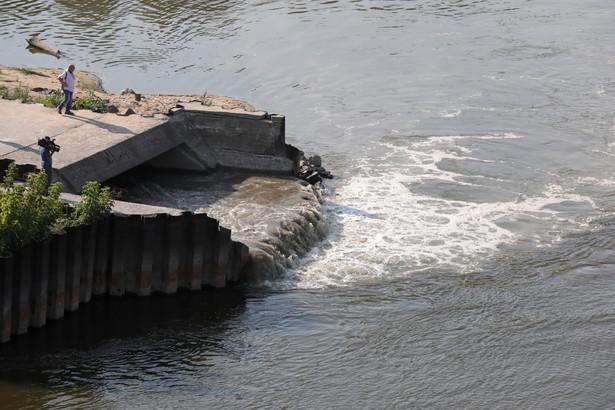 Ścieki wpływające do Wisły na wysokości ul. Farysa na Bielanach gdzie doszło do awarii kolektora