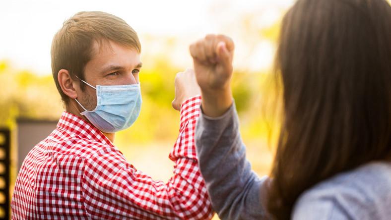 Powitanie w czasie pandemii, dystans społeczny