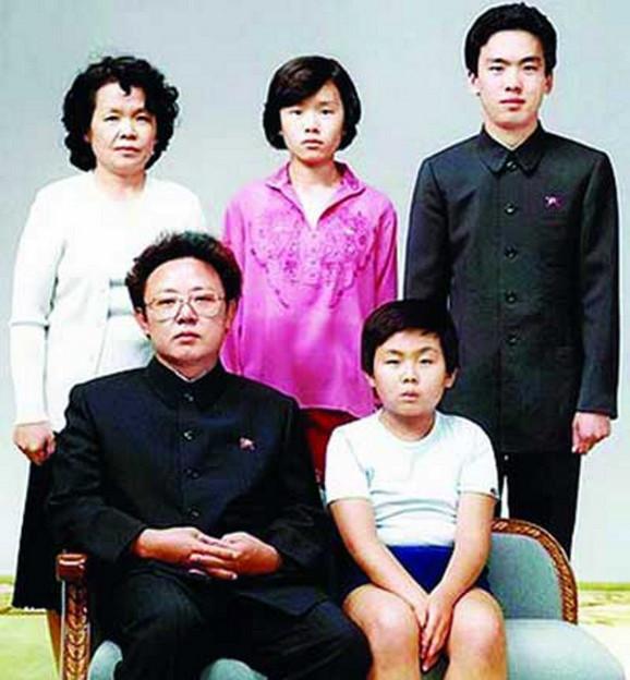 Dinastija Kim - Kim Džong Il sa najmlađim sinom Kimom Džong Unom u prvom redu, četvrtom ženom Kim Ok (drugi red L), sestrom Kim Kjong Hui i njenim suprugom Džangom Song Tekom, liderovim pogubljenim ujakom