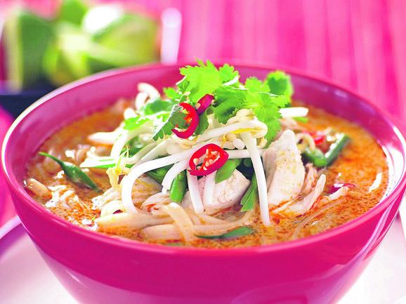 Laksa supa malezijski je specijalitet. Osnovu čine kokosovo mleko, crveni kari, korijander i paprika. U to idu komadići mesa, ribe ili škampi, kao i rezanci