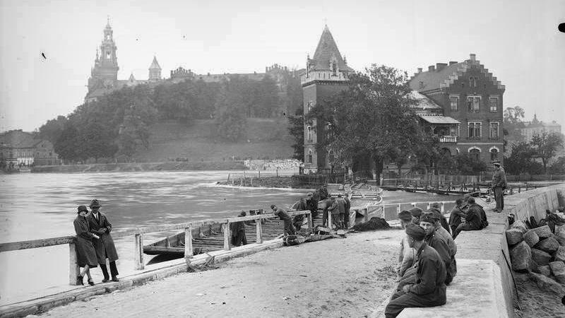 Widok wezbranej Wisły z mostu dębnickiego. Widoczna Willa Rożnowskich, Kraków 1925 r.