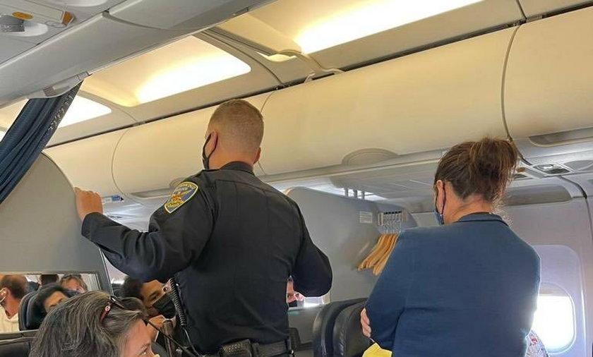Pasażerowie wyrzuceni z samolotu. Pokłócili się o...