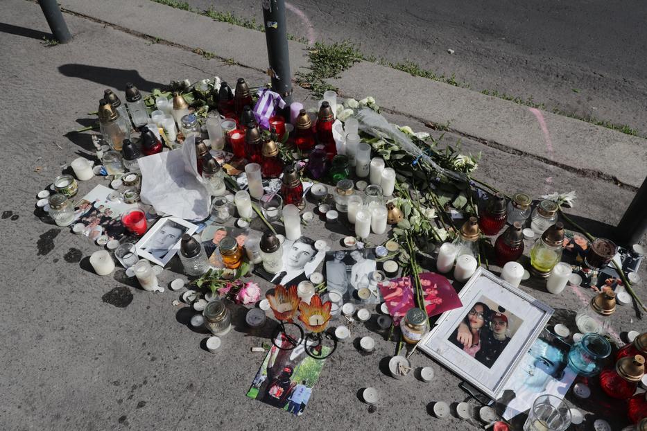 A rendőrségi helyszín mellett fotók, mécsesek emlékeztetnek a két megölt srácra /Fotó: Grnák László