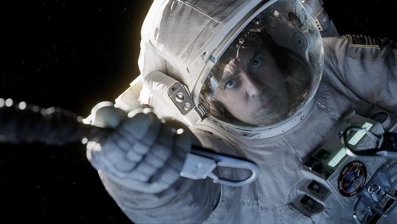 Dr Ryan Stone (Sandra Bullock) w kosmos poleciała po raz pierwszy. Towarzyszy jej astronauta-weteranem Matt Kowalski. Jego kariera dobiega końca, a ta misja miała być ostatnią przed emeryturą