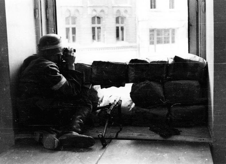 """Powstanie Warszawskie. Eugeniusz Lokajski """"Brok"""" robił zdjęcia przez cały okres walk w Warszawie."""