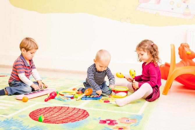 Dvogodišnje dete se pretežno igra samo, ali je spremno da oponaša stariju decu
