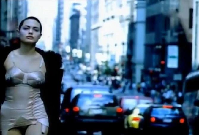 Anđelina Žoli u spotu Mika Džegera