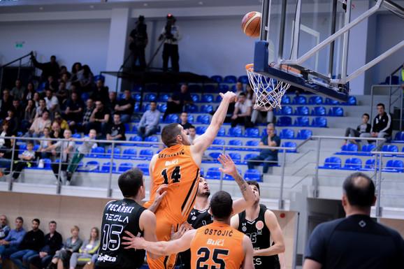 Košarkaš Dinamika Toma Vasiljević tokom duela sa Partizanom