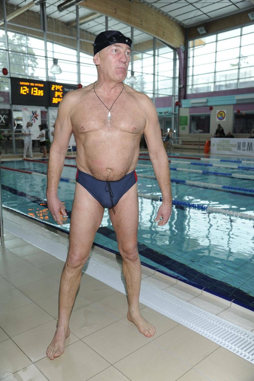 Karol Strasburger w slipkach na basenie