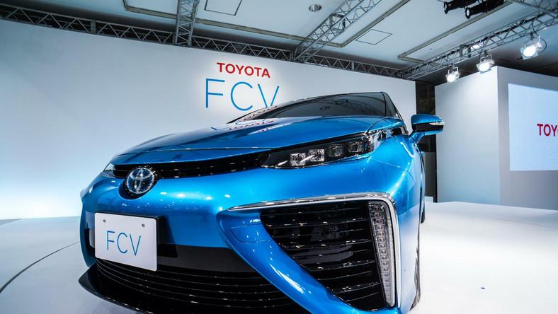 Podczas specjalnego pokazu w Tokio, Toyota zaprezentowała produkcyjną wersję pierwszego modelu koncernu, napędzanego ogniwami paliwowymi - to kosmicznie ukształtowana limuzyna o nazwie FCV. Wiadomo już, kiedy samochód trafi do Europy. Ile kosztuje? Oto garść szczegółów...