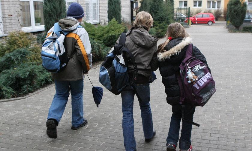 Dzieci przed szkołą.