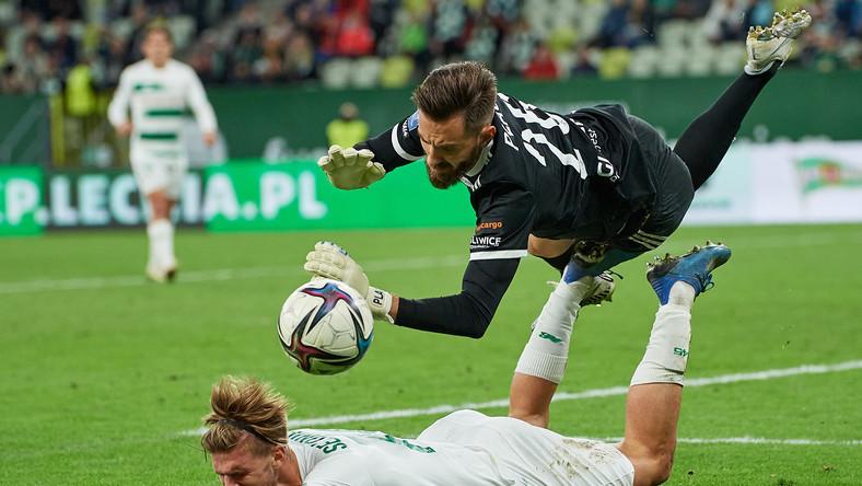 Zawodnik Lechii Gdańsk Kacper Sezonienko (dół) i bramkarz Piasta Gliwice Frantisek Plach podczas meczu 8. kolejki piłkarskiej Ekstraklasy