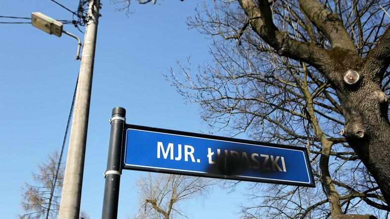 """Tablice z imieniem """"Łupaszki"""" często bywają niszczone. Na zdjęciu tablica z nazwą ulicy w Krakowie"""
