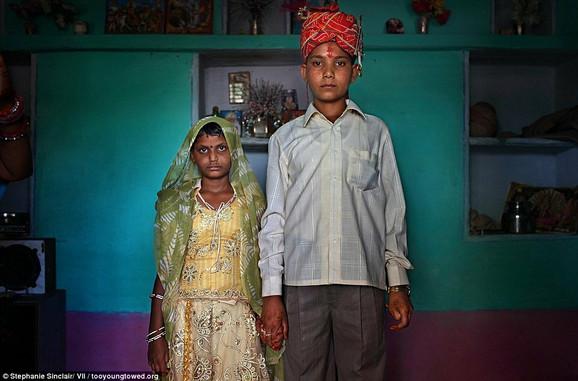 Maja (8) i Kišore (13) poziraju za svadbenu fotografiju u svom novom domu u Radžastanu, Indija