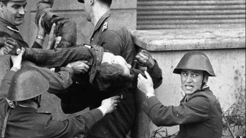 Peter Fechter umiera na drutach kolczastych, postrzelony w czasie próby ucieczki przez mur. Według różnych źródeł, podczas próby przekroczenia muru berlińskiego zginęło od 136 do ponad 220 osób