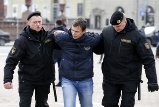 Demonstracja siły w Mińsku: Odwilż w relacjach Łukaszenki z Zachodem może przejść do historii