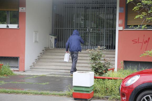 Prijatelj Luke Lazukića ulazi u zgradu