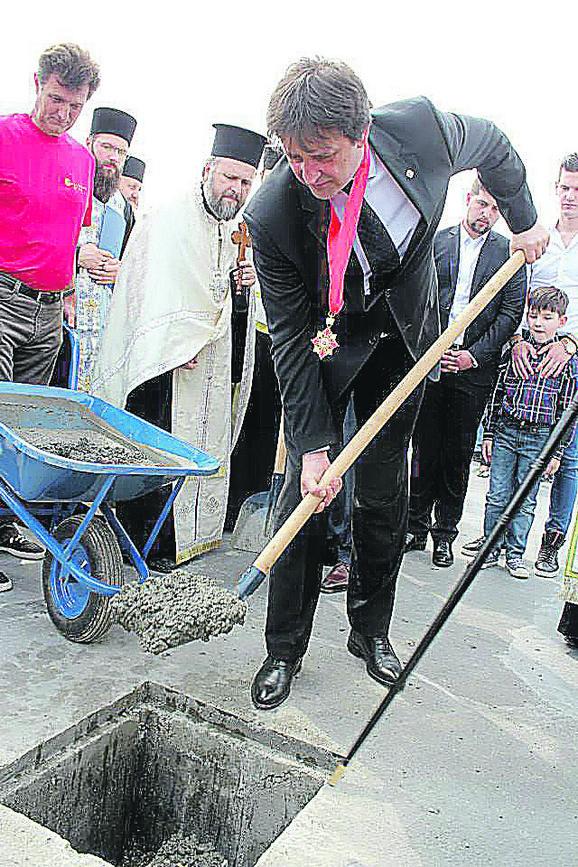 Postavljanje temelja za crkvu: Bratislav Gašić na delu