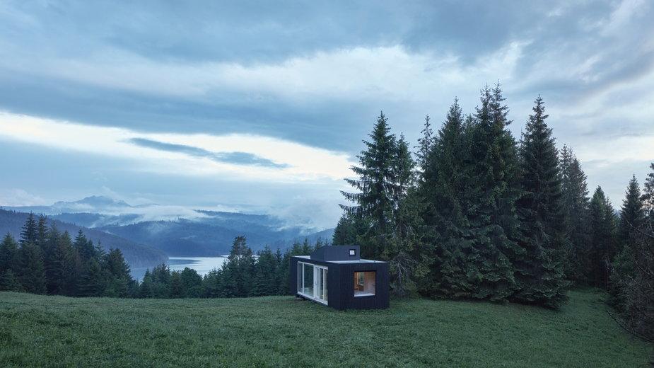 Schronisko w Karpatach. Z okien widok na las i góry.