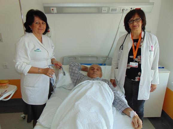 Dr Teodora Stanojlović, levo i dr Milena Radosavljević, desno, sa pacijentom Alesandrom Rajkovićem