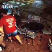 Mladić je uhvatio konobaricu za guzu, usledio je BRUTALAN ODGOVOR (VIDEO)