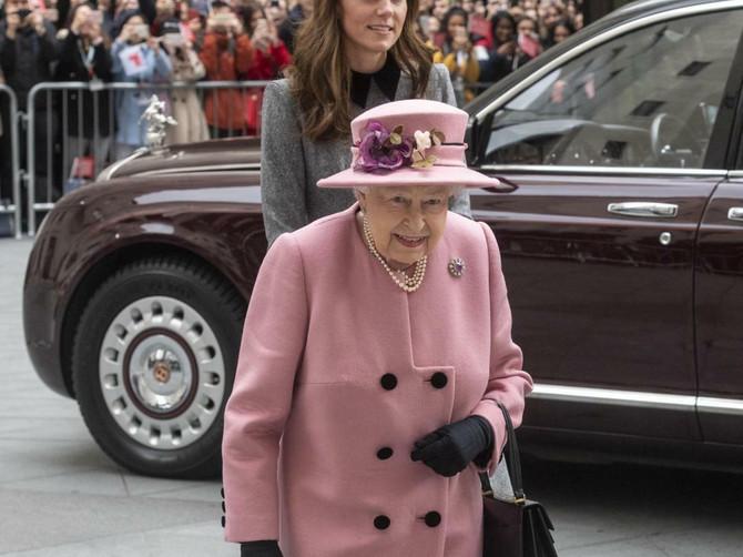 Kejt Midlton i kraljica Elizabeta druga