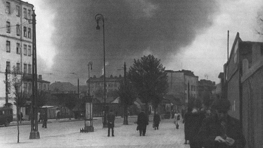 Powstanie w getcie warszawskim. Dymy pożarów widziane z ulicy Wolskiej.