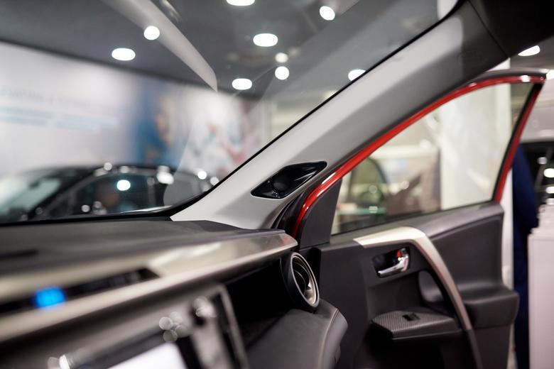 Głośniki wysokotonowe w słupkach pojawią się w kolejnych modelach Toyoty. Na zdjęciu obecna RAV4 z nowym systemem audio jaki pojawi się w następcy