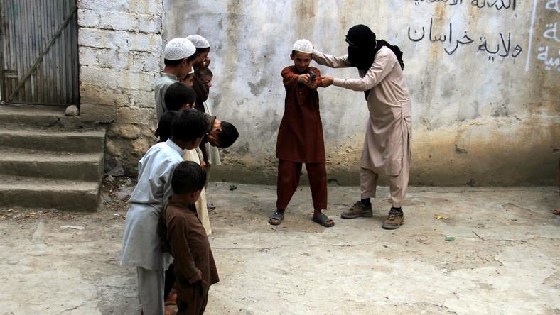 Państwo Islamskie zdobyło Mosul, drugie co do wielkości miasto w Iraku ponad rok temu. Od tego czasu zasięg kontrolowanego przez dżihadystów obszaru nie uległ większym zmianom. To pokazuje, że sprzyjające istnieniu i sukcesom organizacji Abu Bakra al-Baghdadiego okoliczności nie zostały usunięte. Sunnickim państwom w regionie, w tym Turcji i Arabii Saudyjskiej wciąż jest na rękę, że dżihadyści osłabiają reżim prezydenta Syrii Baszara al-Asada, sojusznika szyickiego Iranu. W Iraku z kolei, pomimo zmiany premiera, wciąż nie doszło do wyraźnego wyciągnięcia ręki przez władze w Bagdadzie w kierunku tamtejszych sunnitów. Warto zwrócić uwagę, że tereny kontrolowane przez Państwo Islamskie pokrywają się z terenami zamieszkiwanymi przez wyznających tą odmianę islamu. Tam bojownicy cieszą się wsparciem części lokalnej ludności. Kiedy zaś żołnierze Państwa Islamskiego wkraczali na ziemie zamieszkane przez Kurdów lub szyitów, to po pewnym czasie byli odpychani. Odwrotny proces jest jednym z czynników, dla których utknęła ofensywa irackiej armii na Państwo Islamskie. Dlatego bez przeciągnięcia na swoją stronę sunnitów pokonanie dżihadystów może być bardzo trudne. Taką lekcję zresztą odrobili już Amerykanie podczas zmagania się z iracką wojną domową w latach 2006-2008. Sytuacji nie zmienia również rozpoczęcie przez Turcję nalotów w ramach koalicji przeciw Państwu Islamskiemu. Ankara połączyła bowiem walkę z dżihadem z walką ze swoim wrogiem wewnętrznym, czyli Kurdami. Trudno powiedzieć, jak może wpłynąć to na losy konfliktu.