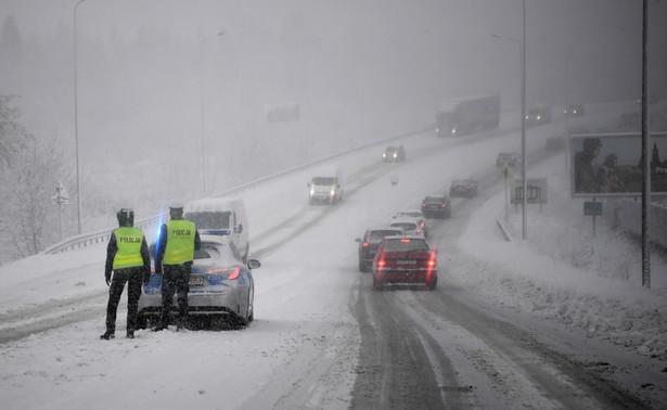 Policja na drodze. Panują trudne warunki z powodu intensywnych opadów śniegu