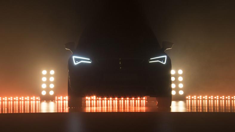 Z najnowszych danych opublikowanych przez analityków JATO Dynamics wynika, że samochody klasy SUV w 2015 sprzedawały się w Europie najlepiej - zdobyły 22,49 proc. rynku (2014 - 19,81 proc.). Czegoś podobnego jeszcze nie było w historii motoryzacji na Starym Kontynencie. Kierowcy w minionym roku kupili 3,2 mln sztuk tego rodzaju aut, SUV-y zepchnęły z podium samochody klasy forda fiesty czy volkswagena polo (udział w rynku - 21,99 proc.). I wygląda na to, że Seat wyczuł pismo nosem. Hiszpańska marka należąca do koncernu Volkswagen właśnie odsłoniła pierwszy model SUV w swojej historii. Nowy samochód z większym prześwitem nazwano ateca - to na cześć jednej z gmin w prowincji Saragossa, w Aragonii. - W Polsce przedsprzedaż auta ruszy w drugim kwartale 2016 roku. Pierwsze egzemplarze powinny być do odbioru już w sierpniu - mówi dziennik.pl Jakub Góralczyk, kierownik PR marki SEAT. - Ateca będzie konkurować m.in. z nissanem qashqai, kią sportage, a także VW tiguanem i skodą yeti - wylicza. Zobacz, jak wygląda pierwszy SUV z wielkim S na masce...