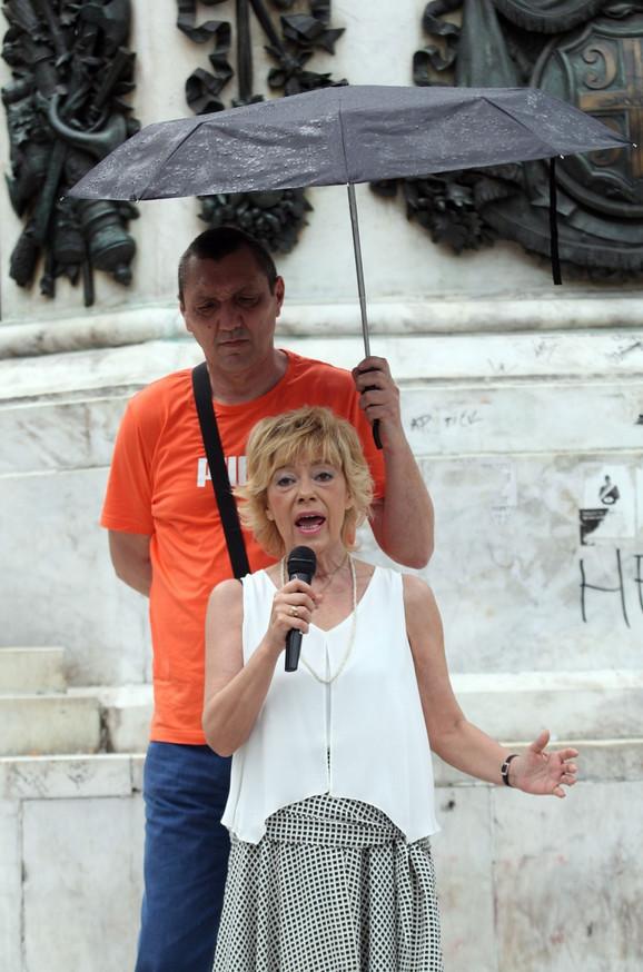 Nada Kostić na protestu protiv izborne krađe 2016. godine