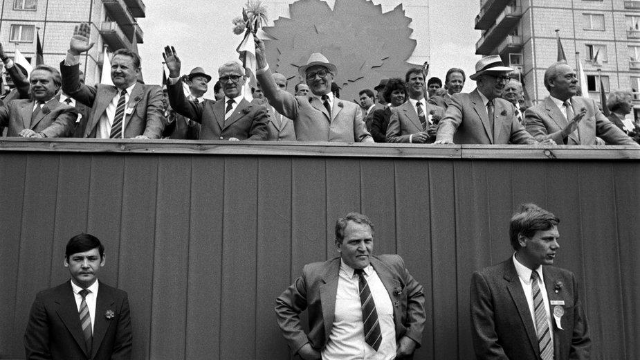 Przywódca NRD Erich Honecker (na trybunie w środku w białym kapeluszu) podczas defilady 1 maja w Berlinie, 1987 r. Pod trybuną oficerowie Stasi
