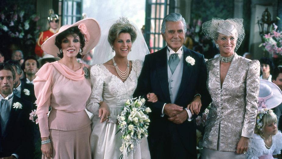 """Gwiazdy """"Dynastii"""" pozują podczas kręcenia sceny ślubu (1985)"""