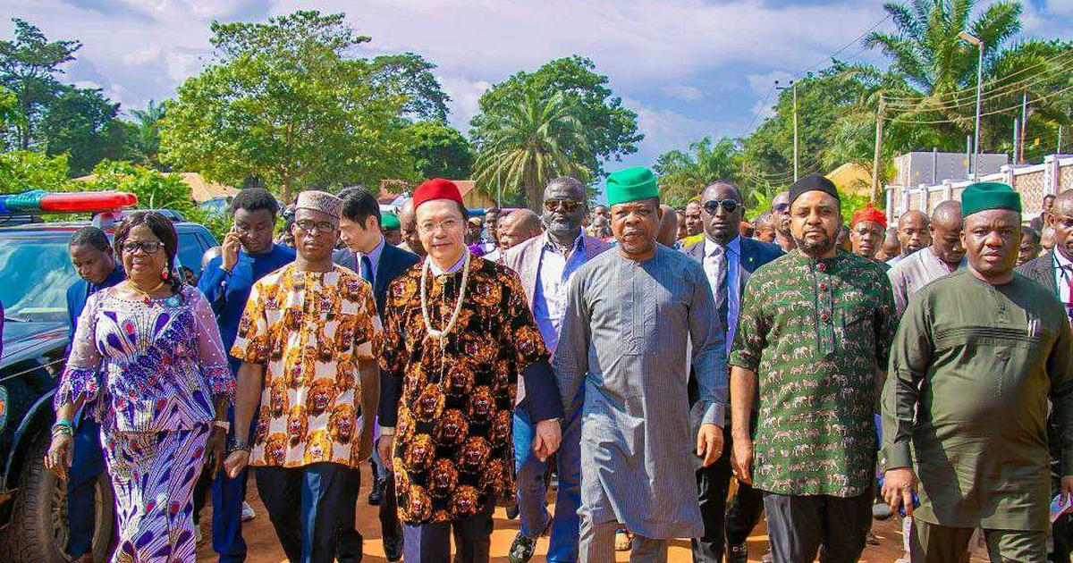 Xenophobia: What Imo Gov Ihedioha told South African returnees - Pulse Nigeria