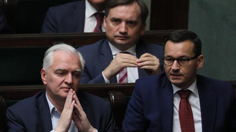 Jeszcze razem w rządzie - Zbigniew Ziobro i Jarosław Gowin z premierem Morawieckim w Sejmie. 2019 r.