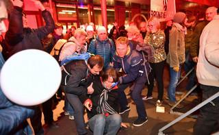 Marsz narodowców we Wrocławiu rozwiązany. Poleciały race i butelki, trzy osoby są ranne