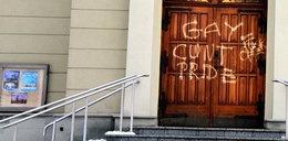 Zamieścili wulgarne napisy na drzwiach kościoła. Opublikowano nagranie