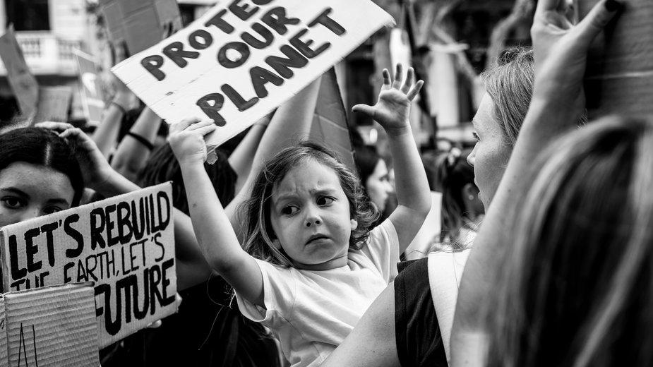 Niektórzy antynataliści uzasadniają decyzję o braku dzieci troską o planetę. Ale są też tacy, którzy mają zupełnie inne motywacje. Na zdjęciu protest klimatyczny w Barcelonie