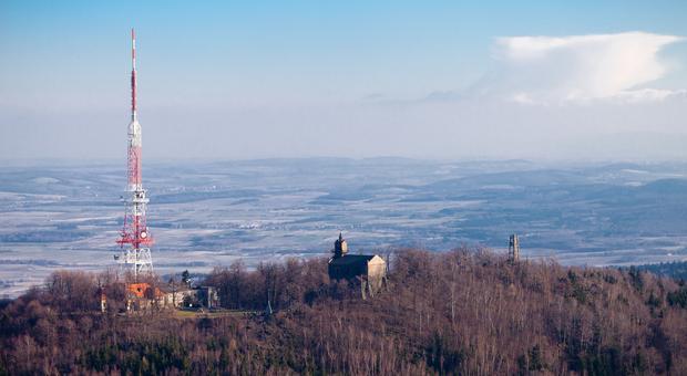 Kościół i antena na Ślęży