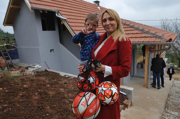 Jelena Drakulić, generalna direktorna Ringier Axer Srbija, sa najmlađim članom porodice Kovačević