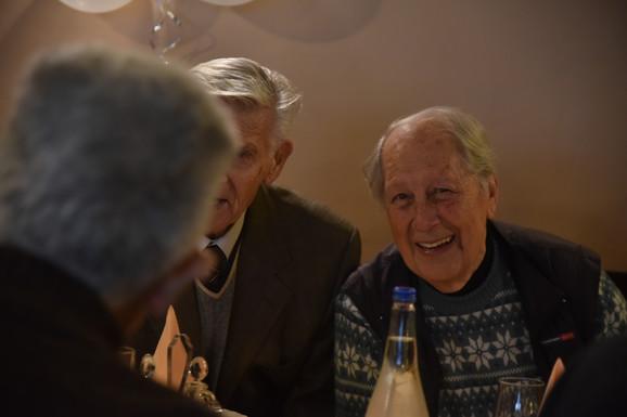 Vesela družina okuplja jednom mesečno u restoranu