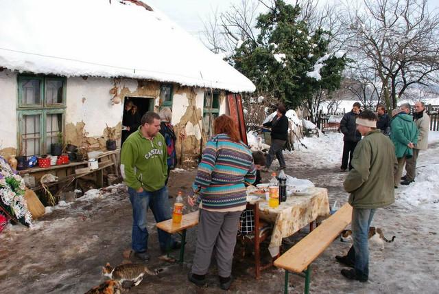 Komšije i rođaci ispred kuće u kojoj se dogodilo ubistvo