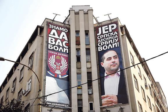 Uveliko u kampanji je i Miša Vacić, kako agresivnim reklamnim panoima tako i govorom mržnje, pretnjama i uvredama koje seje širom Srbije