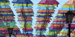 Kolorowe parasolki zawisły nad deptakiem w Połczynie-Zdroju
