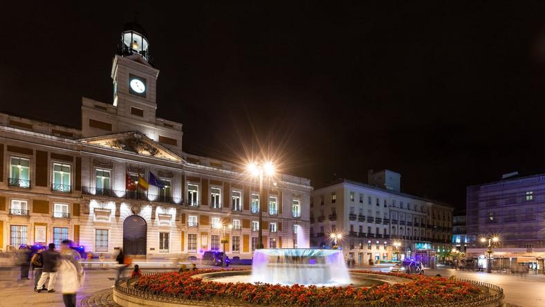 Madrytczycy mają w mieście kilka swoich ulubionych miejsc, do których udają się na popołudniową sjestę albo wieczorne szaleństwo. Oczywiście, można tam spotkać wielu turystów, ale na szczęście nie zatraciły one swojego tradycyjnego charakteru. Pierwszym z nich jest Puerto del Sol. To najważniejszy i najpopularniejszy plac w całym Madrycie. Jest zabudowany bardzo kameralną architekturą, dzięki czemu można tutaj przyjrzeć się mniej wizytowej stronie miasta. W przyziemiu znajdują kawiarnie, knajpki i restauracje, których stoliki są okupowane od otwarcia aż do późnej nocy. Nic w tym dziwnego - mieszkańcy lubią tutaj wypocząć i napić się słodkiego wina ze znajomymi, a w ślad za nimi przybyli tutaj podróżni chcący poczuć prawdziwy smak Hiszpanii. W sercu placu znajduje się rzeźba przedstawiająca niedźwiedzia wspinającego się na drzewko truskawkowe. Dla Hiszpanów jest on niezwykle ważny z dwóch powodów. Po pierwsze, sympatyczne zwierzę symbolizuje miasto, a po drugie – pomnik bywa nazywany monumentem zakochanych, ma bowiem przynosić szczęście tym, których połączyła miłość.Zarezerwujcie lot i hotel City Break Madryt.