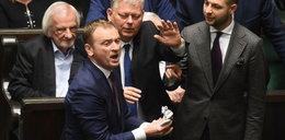 Awantura w Sejmie! Poseł PO rzucił niemowlęcymi bucikami w Kaczyńskiego!