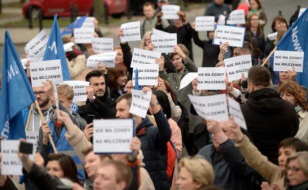 Uczestnicy protestu zorganizowanego przez Nowoczesną przed Sejmem.